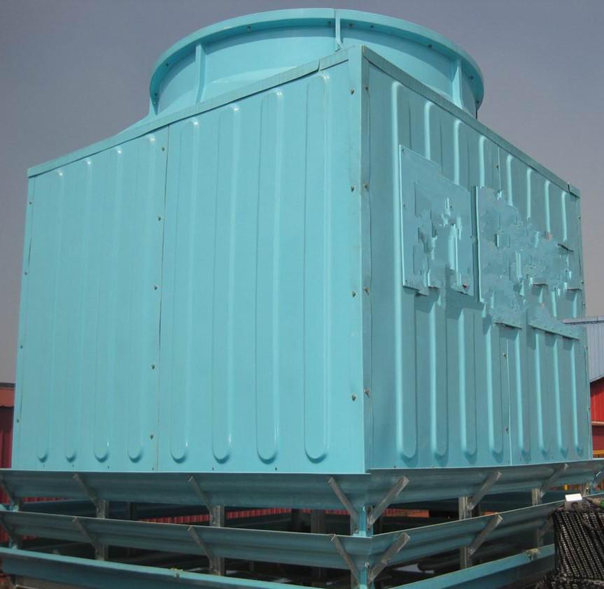 冷却塔工作原理是通风的空气从正确的角度吹向滴下来的水,当空气通过这些水滴的时候,一部分水就蒸发了,由于用于蒸发水滴的热量降低了水的温度,剩余的水就被冷却了。这种方法的冷却效果依赖于空气的相对湿度以及压力。 当水滴和空气接触时,一方面由于空气与不的直接传热,另一方面由于水蒸汽表面和空气之间存在压力差,在压力的作用下产生蒸发现象,带到目前为走蒸发潜热,将水中的热量带走即蒸发传热,从而达到降温之目的。 冷却塔的工作过程:圆形逆流式冷却塔的工作过程为例:热水自主机房通过水泵以一定的压力经过管道、横喉、曲喉、中心喉